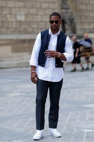 Combinar un chaleco de abrigo azul marino: Haz de un chaleco de abrigo azul marino y un pantalón de vestir azul marino tu atuendo para una apariencia clásica y elegante. ¿Quieres elegir un zapato informal? Elige un par de zapatillas altas de lona blancas para el día.
