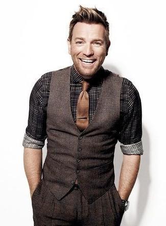 Cómo combinar: corbata marrón, pantalón de vestir de lana de tartán en marrón oscuro, camisa de manga larga de cuadro vichy en negro y blanco, chaleco de vestir de lana de tartán en marrón oscuro