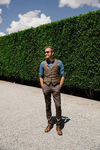 Cómo combinar: zapatos oxford de cuero marrónes, pantalón de vestir en marrón oscuro, camisa de manga larga de cambray azul, chaleco de vestir de lana marrón