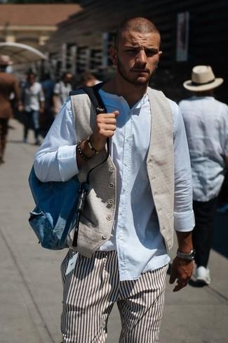 Cómo combinar: mochila de lona azul, pantalón de vestir de rayas verticales marrón, camisa de manga larga blanca, chaleco de vestir en beige