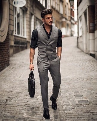 Combinar una camisa de manga larga negra: Empareja una camisa de manga larga negra junto a un pantalón de vestir de rayas verticales gris para el after office. Con el calzado, sé más clásico y complementa tu atuendo con zapatos oxford de cuero negros.