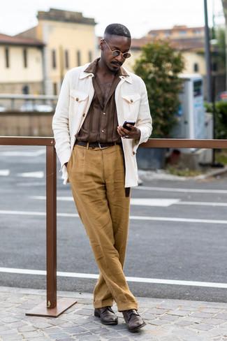 Cómo combinar: zapatos derby de cuero en marrón oscuro, pantalón de vestir de lino marrón claro, camisa de manga larga de rayas verticales marrón, chaqueta campo blanca