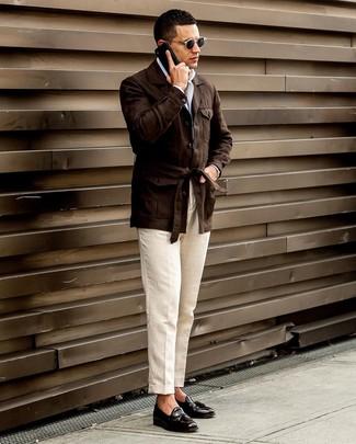Cómo combinar: mocasín con borlas de cuero negro, pantalón de vestir de lino en beige, camisa de manga larga blanca, chaqueta campo de lino en marrón oscuro