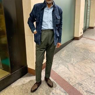 Cómo combinar: mocasín de ante marrón, pantalón de vestir verde oscuro, camisa de manga larga celeste, chaqueta campo de ante azul marino