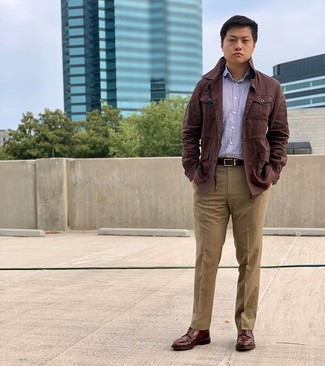 Combinar unas botas brogue de cuero marrónes: Emparejar una chaqueta campo de lino en marrón oscuro con un pantalón de vestir marrón claro es una opción muy buena para una apariencia clásica y refinada. Botas brogue de cuero marrónes contrastarán muy bien con el resto del conjunto.