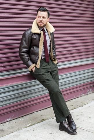 Cómo combinar: botas brogue de cuero en marrón oscuro, pantalón de vestir de lana verde oliva, camisa de manga larga violeta claro, chaqueta de piel de oveja en marrón oscuro