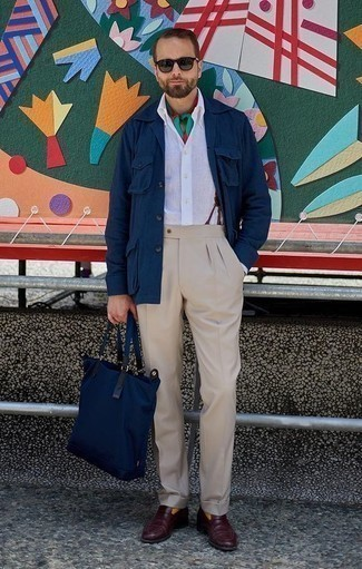 Combinar un pantalón de vestir en beige: Empareja una chaqueta estilo camisa azul marino junto a un pantalón de vestir en beige para una apariencia clásica y elegante. Mocasín de cuero burdeos son una opción muy buena para completar este atuendo.
