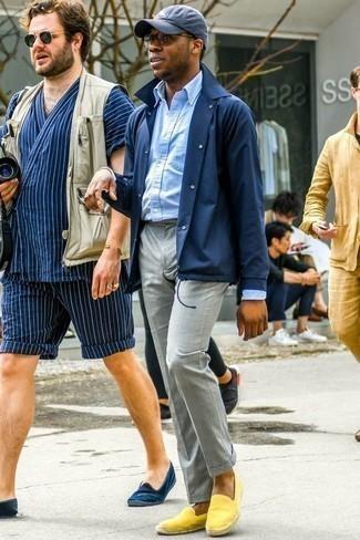 Combinar una chaqueta estilo camisa azul marino en clima cálido: Considera emparejar una chaqueta estilo camisa azul marino junto a un pantalón de vestir gris para un perfil clásico y refinado. ¿Quieres elegir un zapato informal? Opta por un par de alpargatas de ante amarillas para el día.