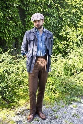 Combinar un pantalón de vestir marrón: Emparejar una chaqueta estilo camisa azul junto a un pantalón de vestir marrón es una opción buena para una apariencia clásica y refinada. Zapatos derby de cuero marrónes son una opción perfecta para completar este atuendo.