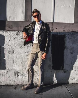 Cómo combinar: zapatos oxford de lona grises, pantalón de vestir gris, camisa de manga larga de cambray blanca, chaqueta motera de cuero negra