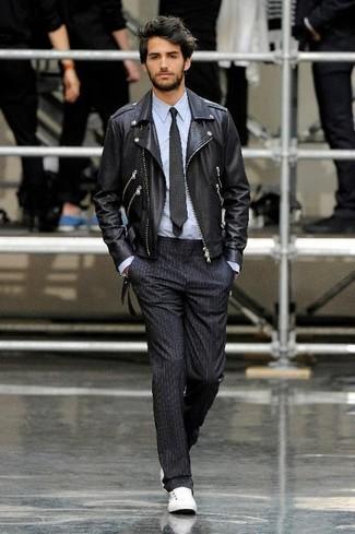 Si buscas un look en tendencia pero clásico, intenta combinar una chaqueta motera de cuero negra junto a un pantalón de vestir de rayas verticales negro. Para darle un toque relax a tu outfit utiliza tenis blancos.