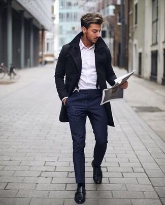 Combinar un pantalón de vestir de rayas verticales azul marino: Ponte una gabardina negra y un pantalón de vestir de rayas verticales azul marino para una apariencia clásica y elegante. Zapatos con doble hebilla de cuero negros son una opción estupenda para completar este atuendo.
