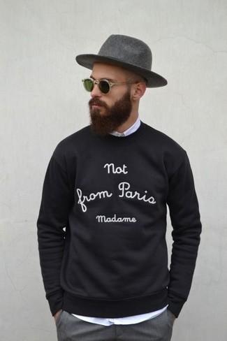 Cómo combinar: sombrero de lana gris, pantalón de vestir gris, camisa de manga larga blanca, jersey con cuello circular estampado en negro y blanco
