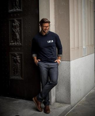 Combinar unas zapatillas altas de cuero marrónes: Haz de un jersey con cuello circular estampado azul marino y un pantalón de vestir azul marino tu atuendo para rebosar clase y sofisticación. Zapatillas altas de cuero marrónes añaden un toque de personalidad al look.