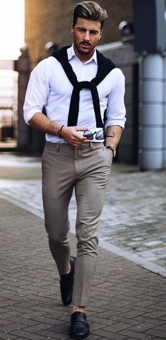 Cómo combinar: zapatos con doble hebilla de cuero negros, pantalón de vestir gris, camisa de manga larga blanca, jersey con cuello circular negro