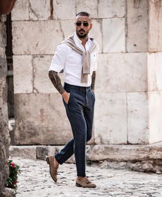 Cómo combinar: mocasín con borlas de ante marrón, pantalón de vestir azul marino, camisa de manga larga blanca, jersey con cuello circular en beige