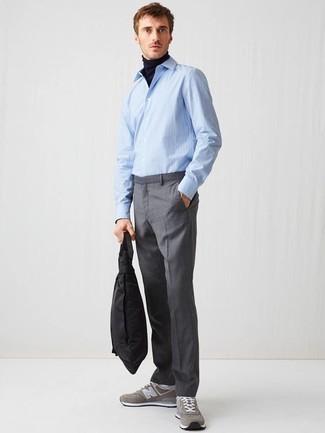 Combinar una camisa de manga larga de rayas verticales celeste: Emparejar una camisa de manga larga de rayas verticales celeste junto a un pantalón de vestir gris es una opción estupenda para una apariencia clásica y refinada. Haz este look más informal con deportivas grises.