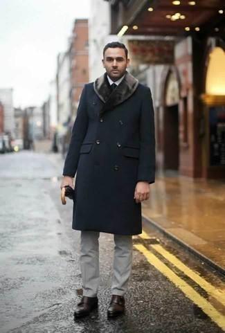 Combinar unos zapatos con doble hebilla de cuero en marrón oscuro: Haz de un abrigo con cuello de piel azul marino y un pantalón de vestir gris tu atuendo para un perfil clásico y refinado. Si no quieres vestir totalmente formal, elige un par de zapatos con doble hebilla de cuero en marrón oscuro.