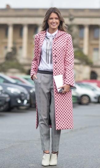 Cómo combinar: botines de cuero con recorte en beige, pantalón de vestir de tartán gris, camisa de vestir blanca, abrigo a lunares rosado
