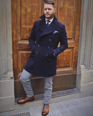 Cómo combinar: botas casual de cuero marrónes, pantalón de vestir de lana gris, camisa de vestir blanca, abrigo largo azul marino