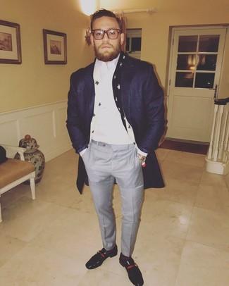 Cómo combinar: mocasín de cuero negro, pantalón de vestir a cuadros gris, camisa de vestir blanca, abrigo largo azul marino