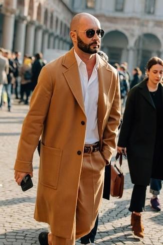 Cómo combinar: zapatos derby de cuero negros, pantalón de vestir de lana marrón claro, camisa de vestir blanca, abrigo largo marrón claro