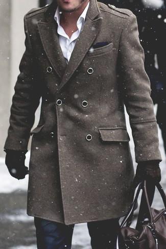 Cómo combinar: bolsa de viaje de cuero en marrón oscuro, pantalón de vestir negro, camisa de vestir blanca, abrigo largo verde oliva
