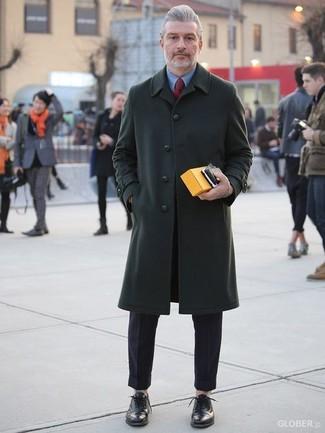 Cómo combinar: zapatos oxford de cuero negros, pantalón de vestir negro, camisa de vestir azul, abrigo largo verde oscuro