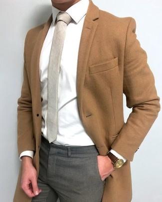Cómo combinar: corbata en beige, pantalón de vestir gris, camisa de vestir blanca, abrigo largo marrón