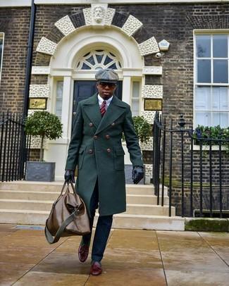 Cómo combinar: mocasín con borlas de cuero burdeos, pantalón de vestir azul marino, camisa de vestir blanca, abrigo largo verde oscuro