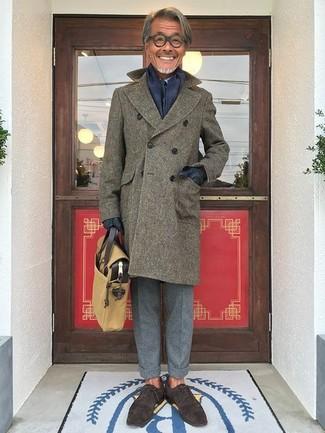 Cómo combinar: zapatos oxford de ante en marrón oscuro, pantalón de vestir de lana gris, camisa de vestir celeste, abrigo largo verde oliva