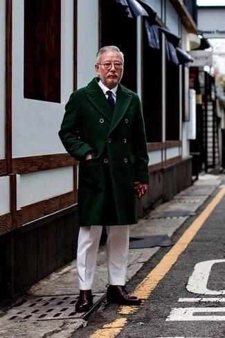 Combinar un abrigo largo verde oscuro: Emparejar un abrigo largo verde oscuro junto a un pantalón de vestir blanco es una opción atractiva para una apariencia clásica y refinada. Haz este look más informal con botas casual de cuero burdeos.