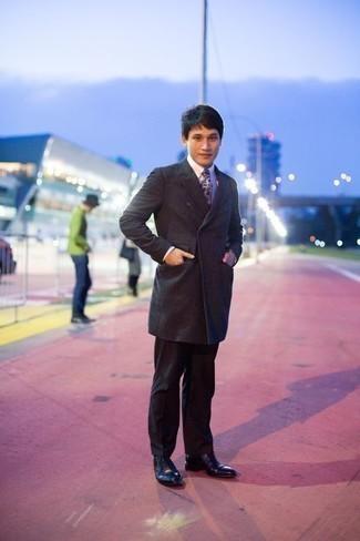 Moda para hombres de 30 años en clima frío: Ponte un abrigo largo en gris oscuro y un pantalón de vestir negro para rebosar clase y sofisticación. Un par de zapatos oxford de cuero negros se integra perfectamente con diversos looks.