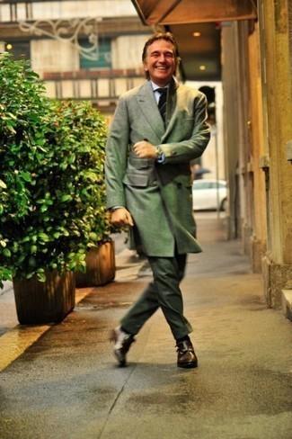 Combinar una corbata: Casa un abrigo largo verde oliva con una corbata para una apariencia clásica y elegante. Para darle un toque relax a tu outfit utiliza zapatos con doble hebilla de cuero en marrón oscuro.