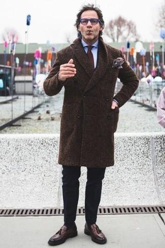 Combinar un abrigo largo en marrón oscuro: Considera ponerse un abrigo largo en marrón oscuro y un pantalón de vestir negro para un perfil clásico y refinado. Mocasín con borlas de cuero en marrón oscuro darán un toque desenfadado al conjunto.