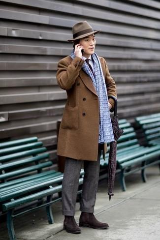 Combinar una bufanda estampada: Un abrigo largo marrón y una bufanda estampada son una opción buena para el fin de semana. Con el calzado, sé más clásico y elige un par de botines chelsea de ante en marrón oscuro.