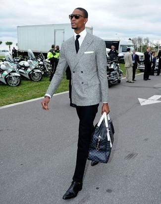 Cómo combinar: zapatos oxford de cuero negros, pantalón de vestir negro, camisa de vestir blanca, blazer cruzado de lana gris