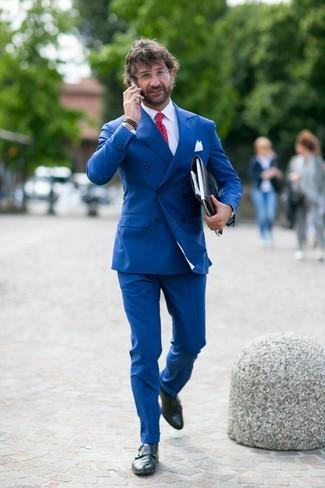 Combinar un blazer cruzado: Elige un blazer cruzado y un pantalón de vestir azul para una apariencia clásica y elegante. Si no quieres vestir totalmente formal, complementa tu atuendo con zapatos con doble hebilla de cuero negros.
