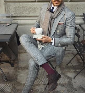 Cómo combinar: zapatos con doble hebilla de ante en marrón oscuro, pantalón de vestir de lana a cuadros gris, camisa de vestir blanca, blazer cruzado a cuadros gris