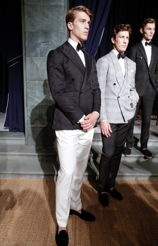 Cómo combinar: mocasín de ante negro, pantalón de vestir blanco, camisa de vestir blanca, blazer cruzado negro