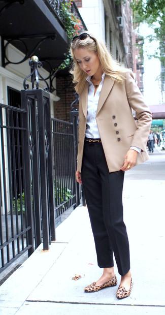 Combinar un blazer cruzado en beige: Considera ponerse un blazer cruzado en beige y un pantalón de vestir negro para el after office. Mocasín de ante de leopardo marrón claro son una opción atractiva para complementar tu atuendo.