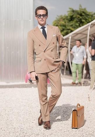 Combinar un blazer cruzado en beige: Emparejar un blazer cruzado en beige con un pantalón de vestir marrón claro es una opción inigualable para una apariencia clásica y refinada. ¿Quieres elegir un zapato informal? Elige un par de mocasín con borlas de cuero marrón para el día.