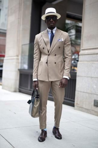 Cómo combinar: zapatos oxford de cuero en marrón oscuro, pantalón de vestir en beige, camisa de vestir celeste, blazer cruzado en beige