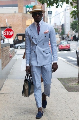 Cómo combinar: mocasín con borlas de ante azul marino, pantalón de vestir celeste, camisa de vestir blanca, blazer cruzado celeste