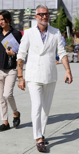 Cómo combinar: mocasín con borlas de cuero en marrón oscuro, pantalón de vestir de rayas verticales blanco, camisa de vestir con print de flores violeta claro, blazer cruzado de rayas verticales blanco