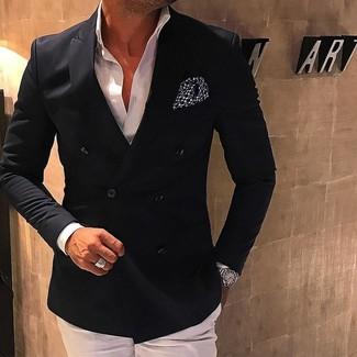 Cómo combinar: pañuelo de bolsillo a lunares en negro y blanco, pantalón de vestir blanco, camisa de vestir blanca, blazer cruzado negro