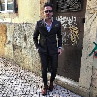 Cómo combinar: zapatos brogue de cuero marrónes, pantalón de vestir negro, camisa de vestir celeste, blazer cruzado negro