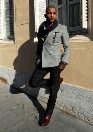 Cómo combinar: mocasín con borlas de cuero en marrón oscuro, pantalón de vestir negro, camisa de vestir negra, blazer cruzado gris