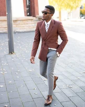 Cómo combinar: zapatos derby de cuero marrónes, pantalón de vestir gris, camisa de vestir blanca, blazer cruzado en tabaco
