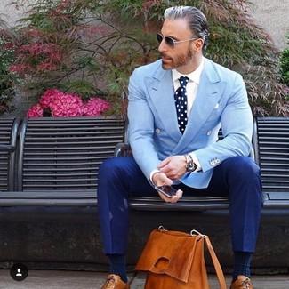 Cómo combinar: zapatos oxford de cuero en tabaco, pantalón de vestir azul, camisa de vestir blanca, blazer cruzado celeste